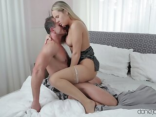 Energized blonde puts her curvy ass to slant gradually introduce a perfect home tryout